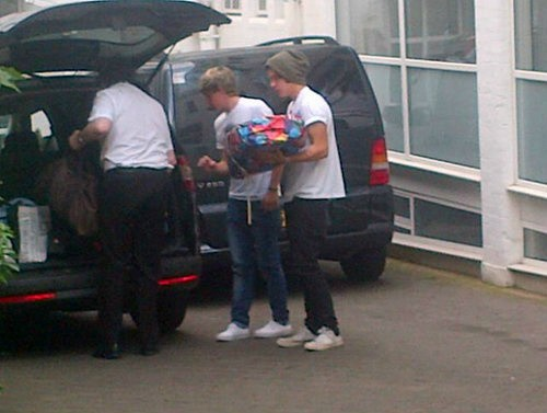 one direction, 1d, harry styles , liam payne, niall horan,zayn malik,zayn blonde highlights, 1d london 10.08.12, 1d londra 10.08.12, liam niall josh's party, 1d funky buddha club, andy samuels, mazzi maz,liam with andy maz and pete,niall signing autographs, niall che firma autografi,niall and josh devine,zayn ciuffo biondo, 1d con i fan,1d with fans,