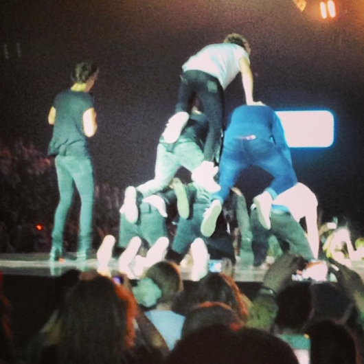 one direction, 1d, 1d sheffield motorpoint arena 14.04.13, take me home tour, harry styles, liam payne, louis tomlinson, niall horan, zayn malik, one direction 1d 5sos 5 seconds of summer human pyramid, one direction 1d 5sos piramide umana, 5 seconds of summer, 5sos, michael clifford, ashton irwin, calum hood, luke hemmings