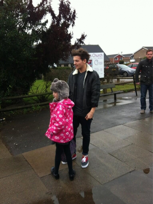 one direction, 1d, 1d doncaster 18.03.13, louis tomlinson, louis' little sister, una delle sorelline di louis, louis at his old school, louis nella sua vecchia scuola