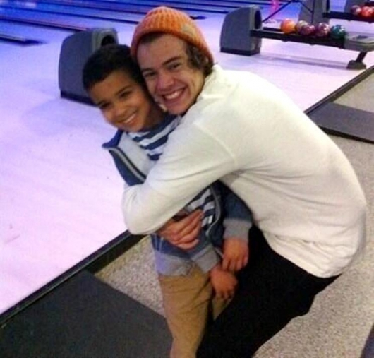 one direction,1d,1d 26.12.12,harry styles,harry hugging a baby, harry abbraccia un bimbo, bowling