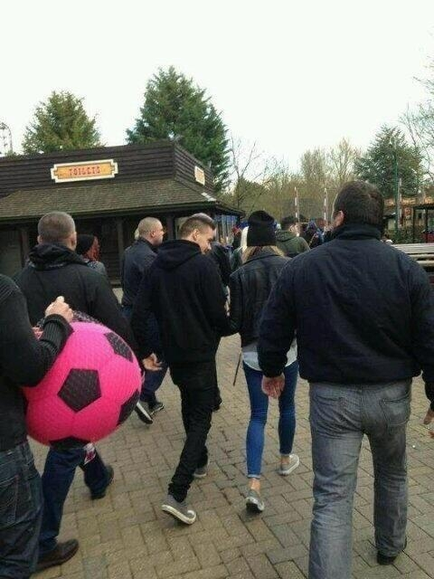 one direction,1d,1d 14.03.13, liam payne, danielle peazer, liam and danielle, payzer, liam e danielle, holding hands, mano nella mano, Thorpe Park
