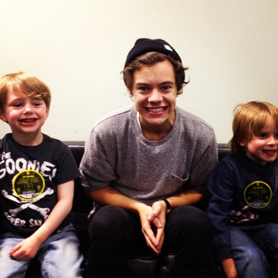 one direction, 1d, 1d sheffield 14.04.13, harry styles, take me home tour backstage,harry with two little boys,harry e due bimbi, cute photo, harry ben noah