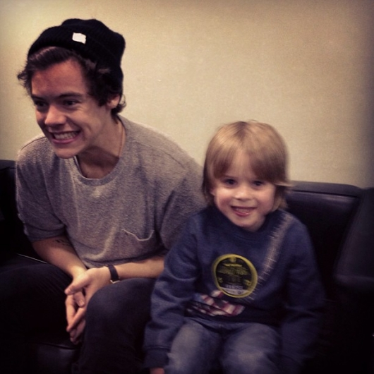 one direction, 1d, 1d sheffield 14.04.13, harry styles, take me home tour backstage,harry with a little boy,harry e un bimbo
