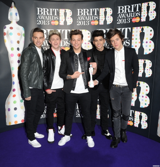 one direction,1d,1d 20.02.13,brit awards 2013,harry styles,liam payne,louis tomlinson,niall horan,zayn malik, press room, 1d holding the brit, 1d con il brit