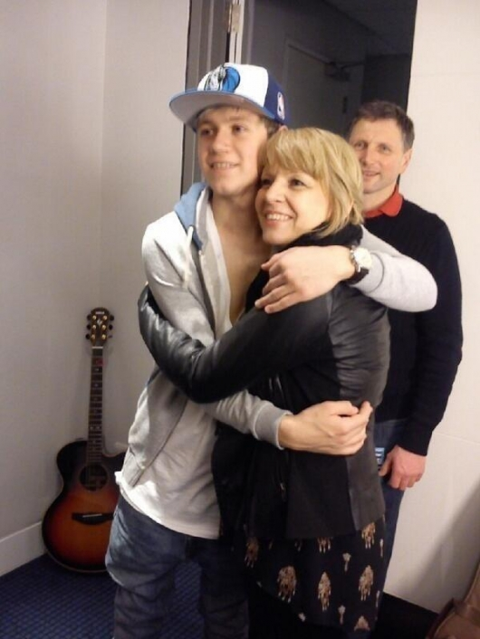 one direction,1d,1d 30.03.13,niall horan,olly murs' concert, niall with olly murs' mum, niall con la mamma di olly murs, o2 arena