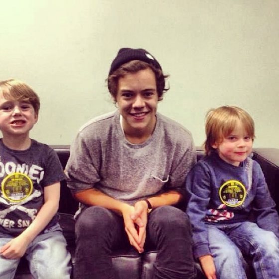 one direction, 1d, 1d sheffield 14.04.13, harry styles, take me home tour backstage,harry with two little boys,harry e due bimbi