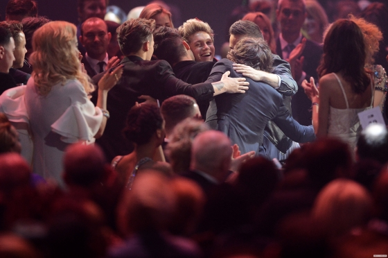 one direction, 1d, 1d 20.02.13, brit awards 2013, harry styles, liam payne, louis tomlinson, niall horan, zayn malik, global success award, group hug, abbraccio di gruppo