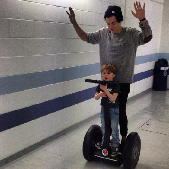 one direction,1d,1d sheffield 13.04.13,harry styles,take me home tour backstage, harry and a little boy on a segway, harry e un bimbo sul segway